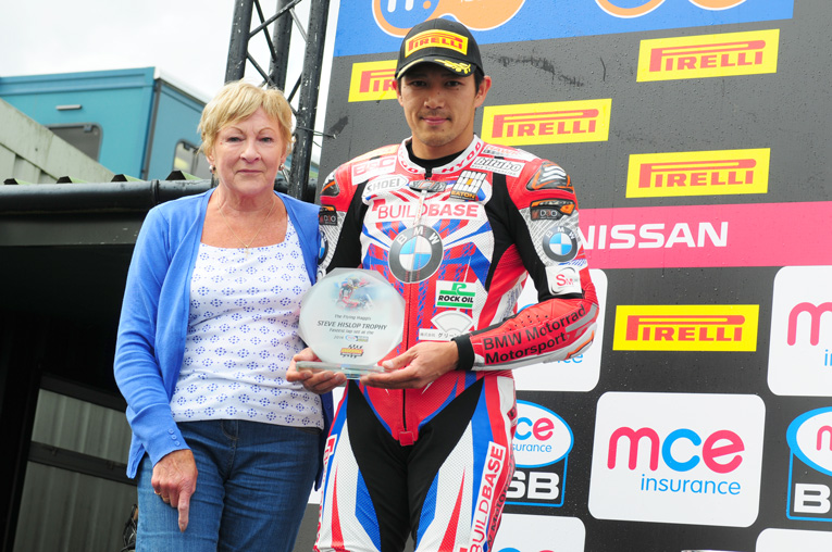 Kiyonari accepts the Steve Hislop Trophy from Mrs Hislop.